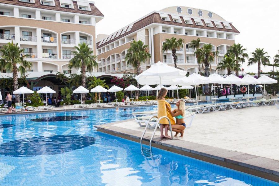 https://aventur.ro/assets/media/imagini_hoteluri/BLVERA/pool-01.jpg