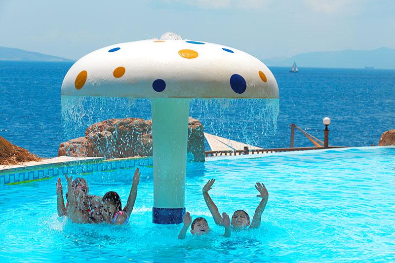 https://aventur.ro/assets/media/imagini_hoteluri/BOKADI/kids_pool.jpg