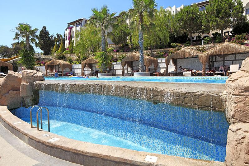 https://aventur.ro/assets/media/imagini_hoteluri/BOKADI/relax_pool_waterfall.jpg