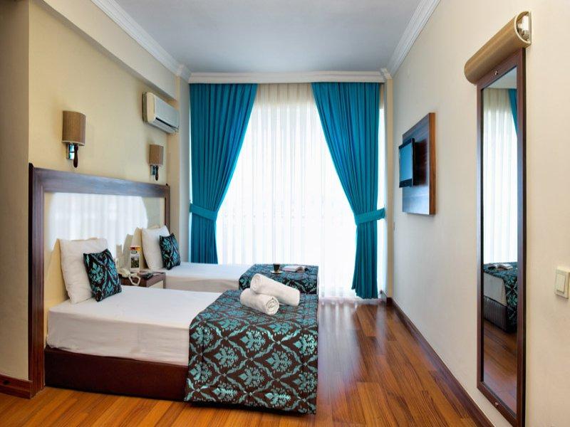 https://aventur.ro/assets/media/imagini_hoteluri/KUFLOR/Family_Delux_Room.jpg