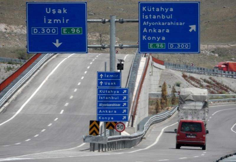 Cu mașina în Turcia - indicatoare rutiere la o intersecție de drumuri expres